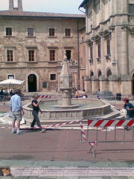 new-moon-fountain-montepulciano-italy-volterra